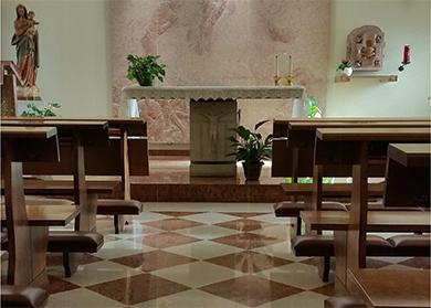 Pulitura speciale di pavimentazione in marmo trattato dopo circa 6 mesi dalla pulizia: il pavimento è lucido come fosse bagnato, ma è asciutto